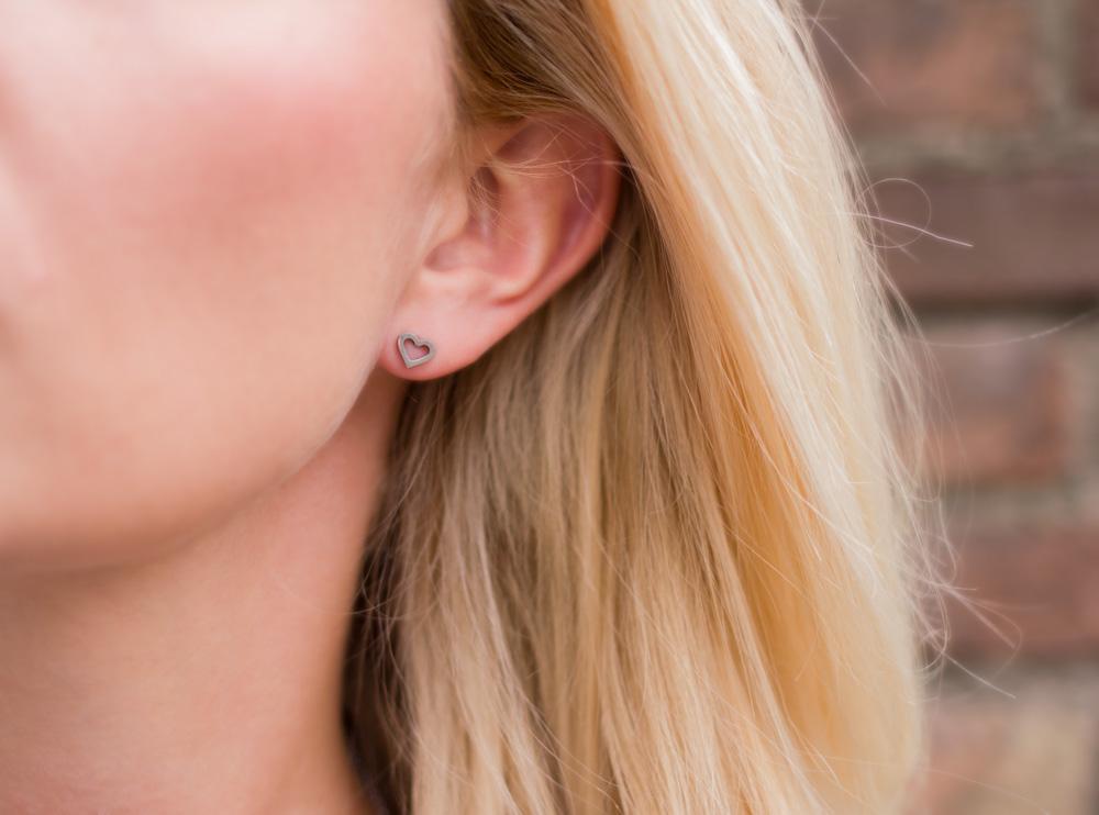 Oorbellen met hartjes bij vrouw met blond haar