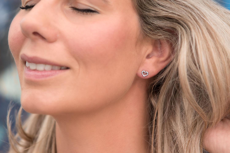 Leuke stud oorbellen met hartje in het oor voor een complete look