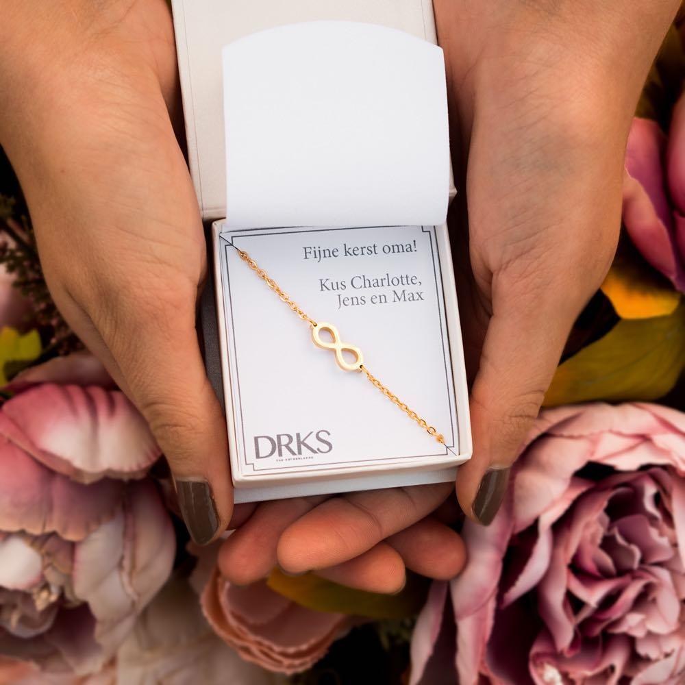 Infinity armbandje in het goud in een sieradendoosje