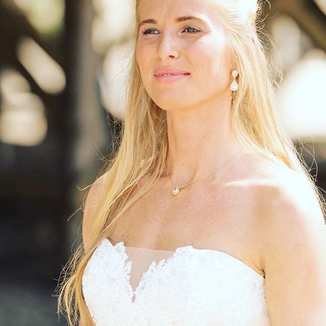 Mooie bruidsketting in het goud bij een trouwjurk