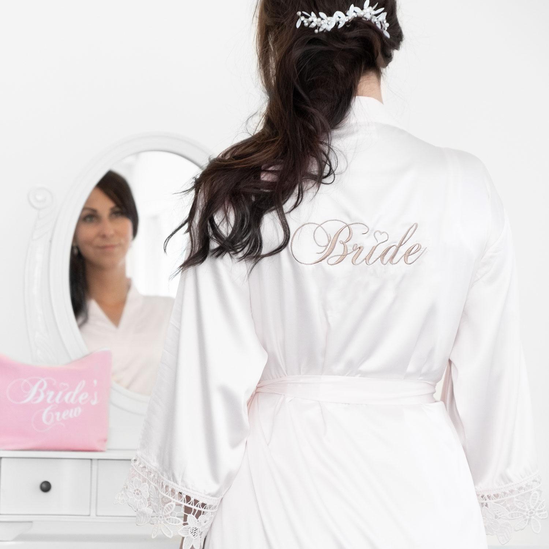 Witte kanten bride badjas met roze toilettas