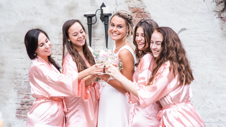 Mooie satijnen badjassen voor de bruid en haar bruidsmeisjes