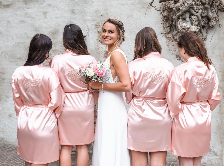 Bruidsmeisjes dragen een roze kimono voor een complete look