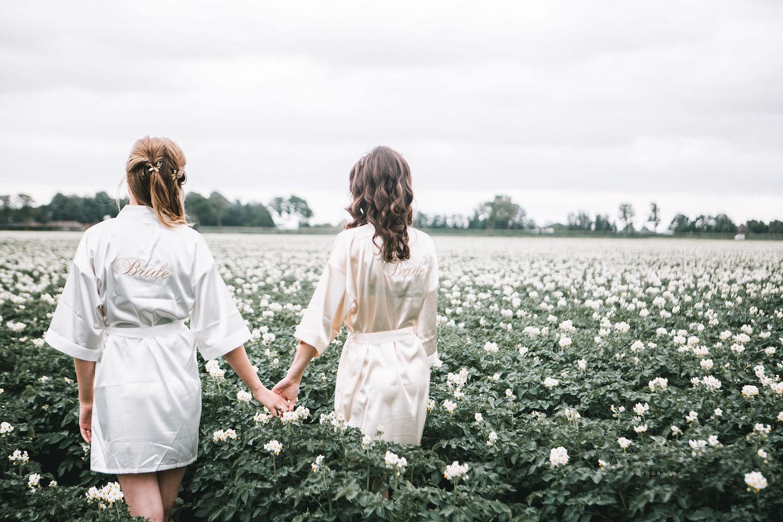 Bruiden dragen samen satijnen drks kimono