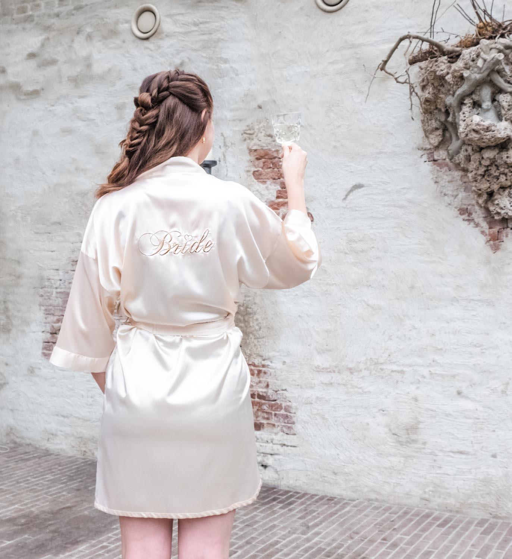 Champagne kleurige kimono voor de bruid om te dragen op haar trouwdag