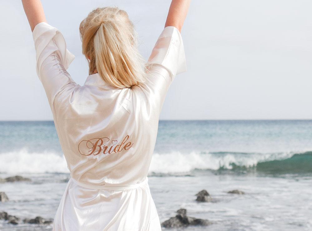 Witte kimono op het strand