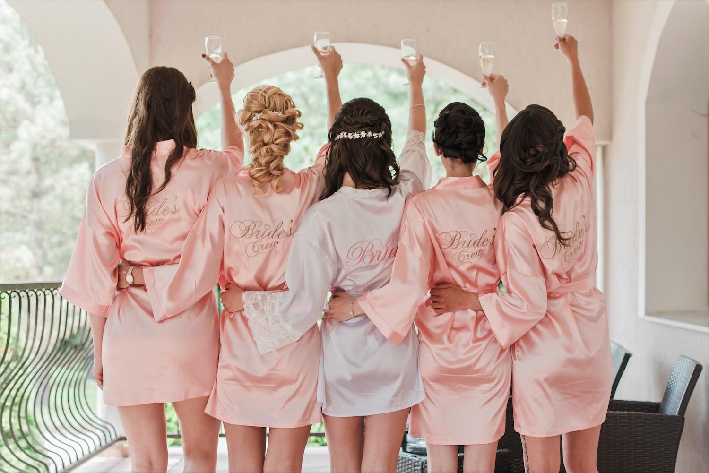 Bride's crew met roze kimono
