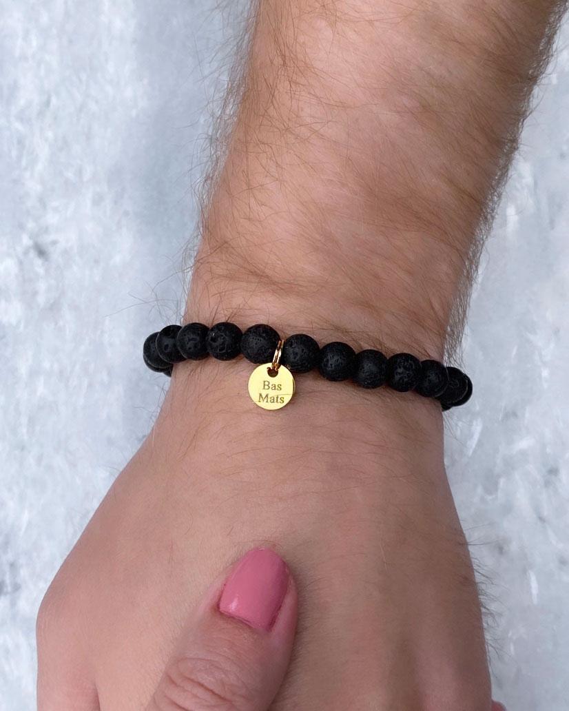 Kralen armband met goud graveerbaar muntje om pols bij man