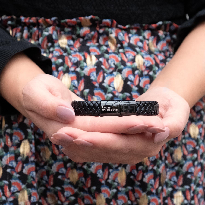 Leren armband voor de mannen in de handen