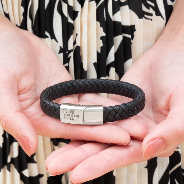 Vrouw houd leren armband voor heren vast