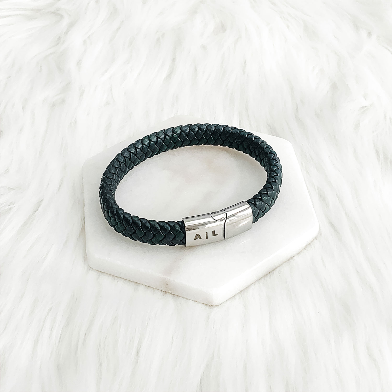 Heren armband met zilveren sluiting op een plaatje om te kopen