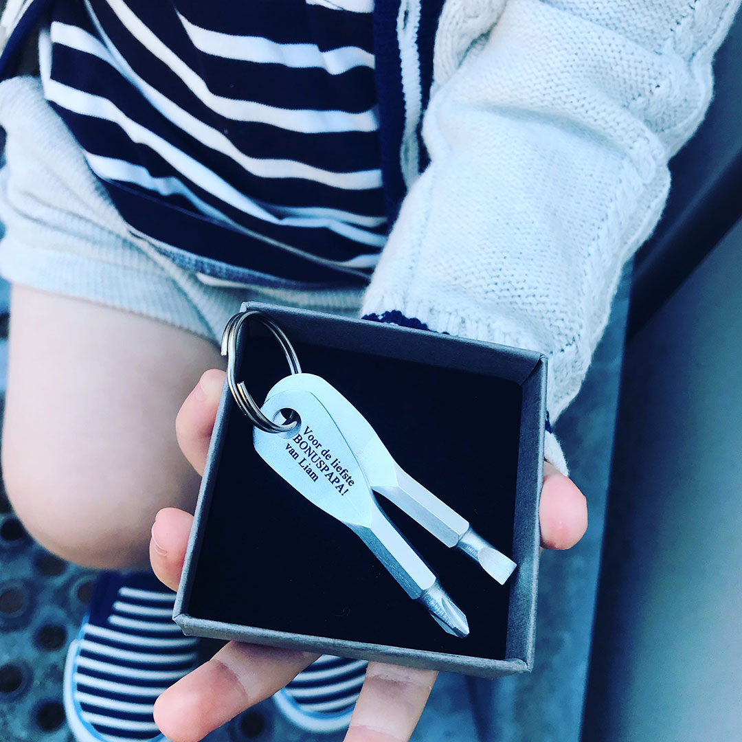 Leuke sleutelhanger met schroevendraaier om cadeau te geven