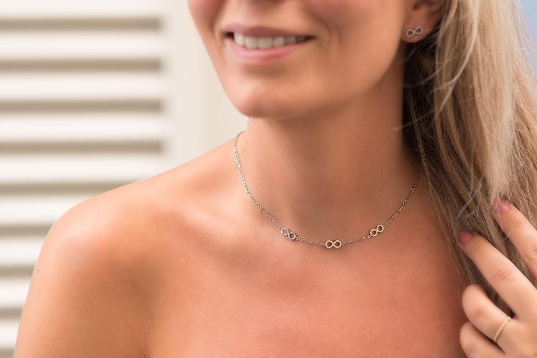 zilveren sieraden om de hals voor een complete look