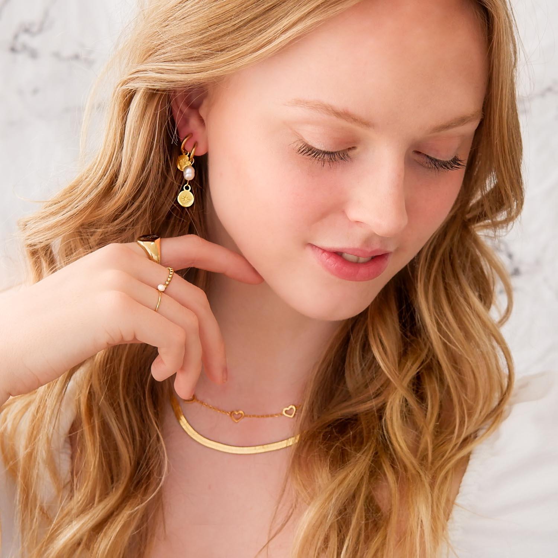 Gouden sieraden om te kopen voor een trendy look