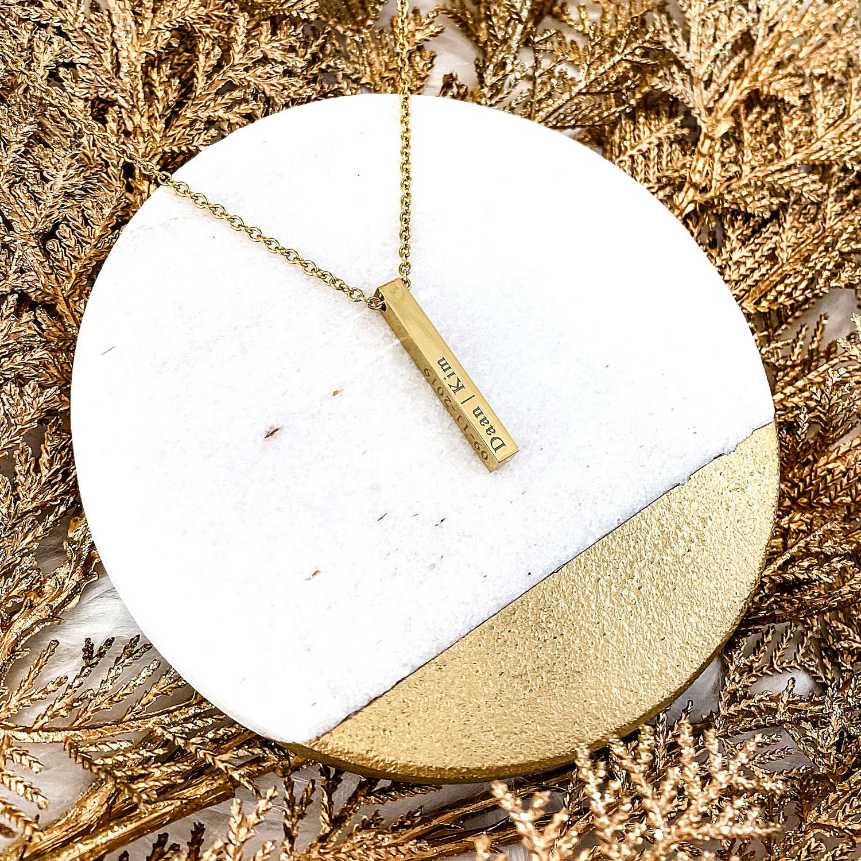 Gouden graveerbare ketting op een plaatje voor een complete look