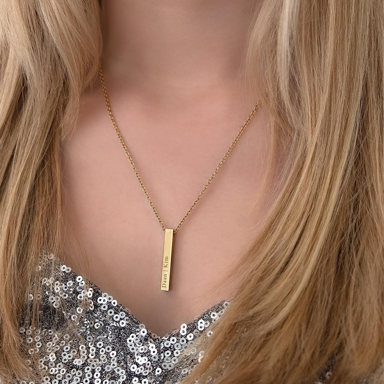 Vrouw draagt graveerbare gouden ketting om de hals bij een zilveren top