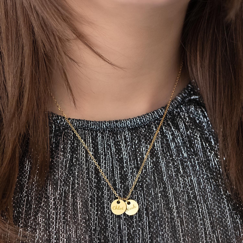 Mooie ketting met drie muntjes en namen om de hals voor een complete look