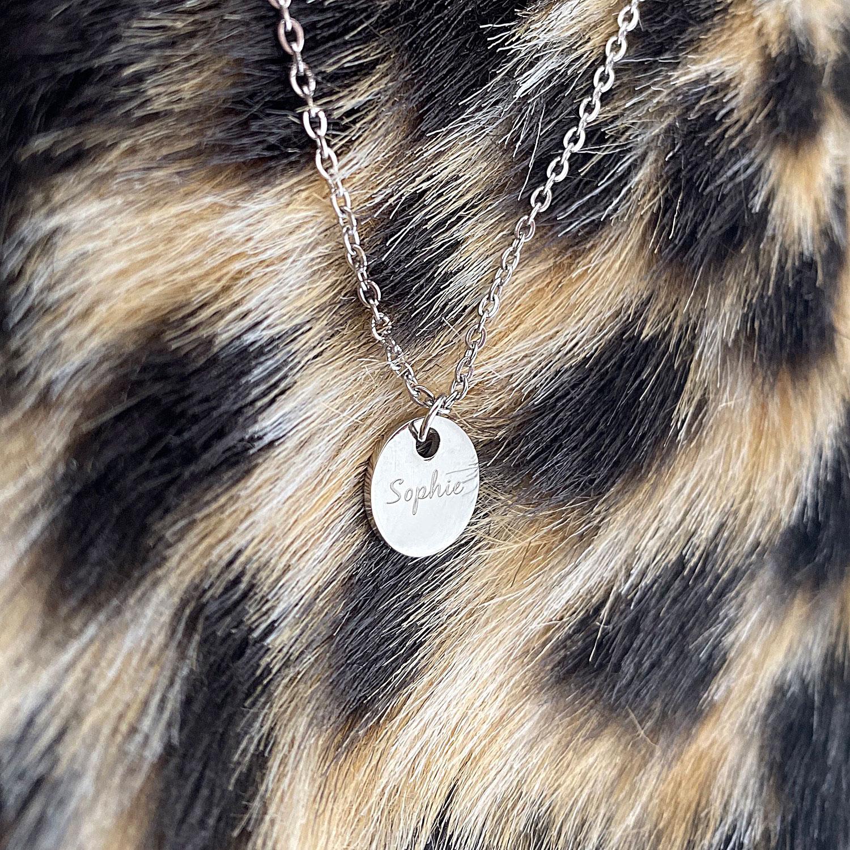 zilveren ketting met naam op een kleedje van panterprint