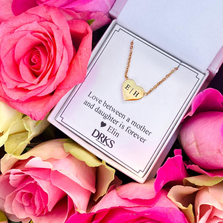 Hartjes ketting met gravering in goud in sieradendoosje met bloemen