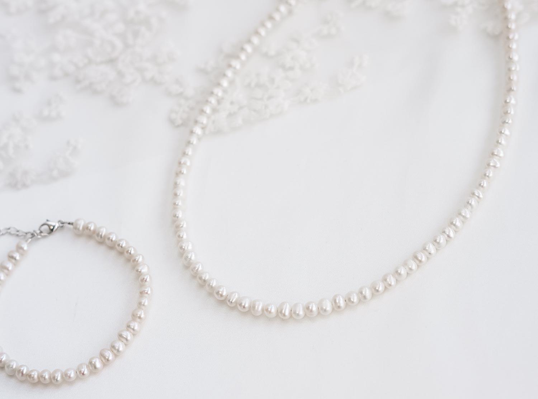 Parelketting met armband met parels in minimalistische stijl