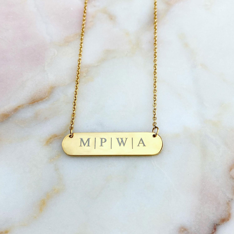 Mooie gouden bar ketting met gravering voor een trendy look