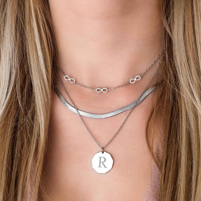 Trendy initialen kettingen om de hals voor een complete look