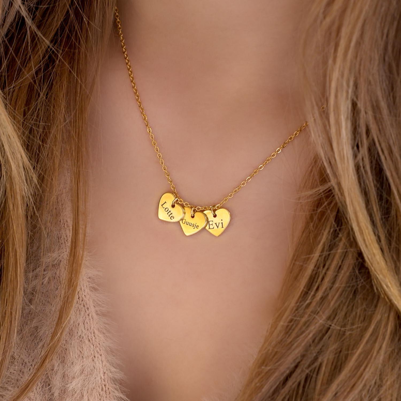 ketting met drie hartjes om de hals voor een mooie look