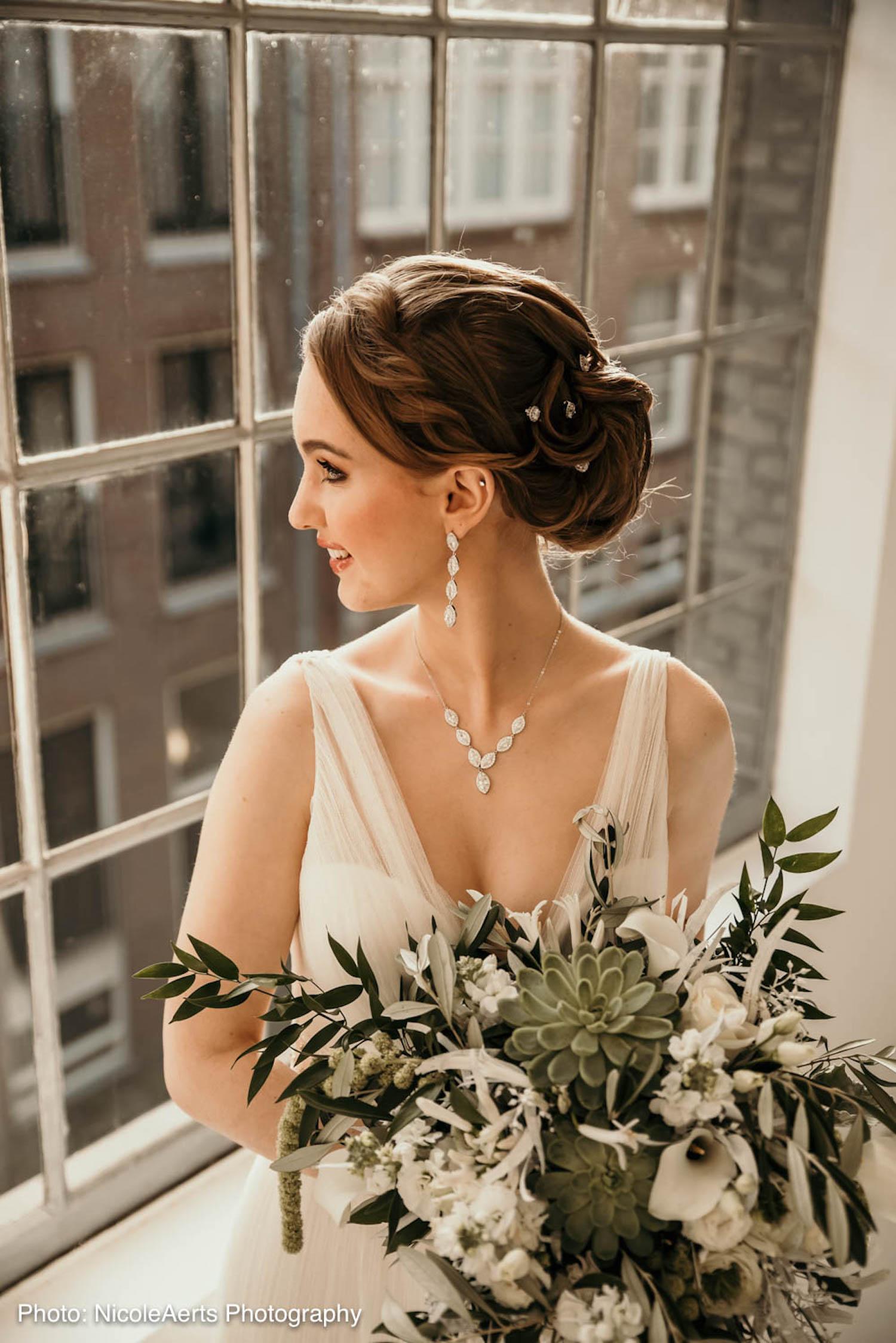 Bruid met haaraccessoires voor de bruid
