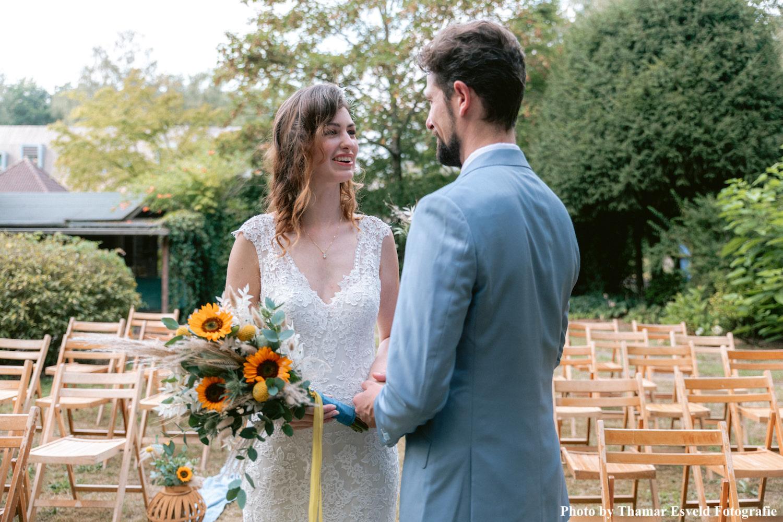 Bruid draagt daily luxury ketting vijf in de kleur goud