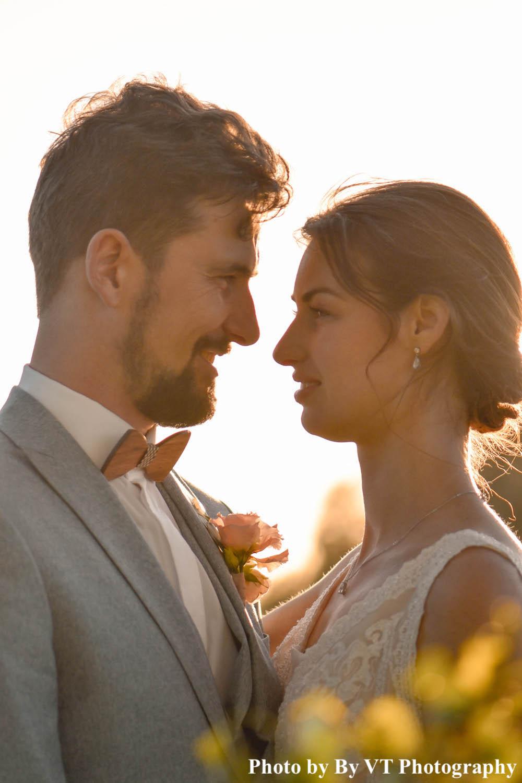 Bruid draagt zilverkleurige oorbellen met kleine druppel