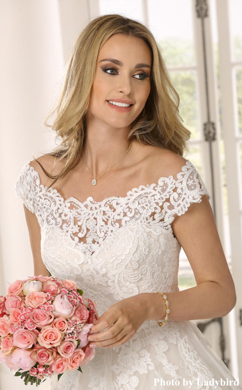 Bruid draagt sparkle ketting van drks
