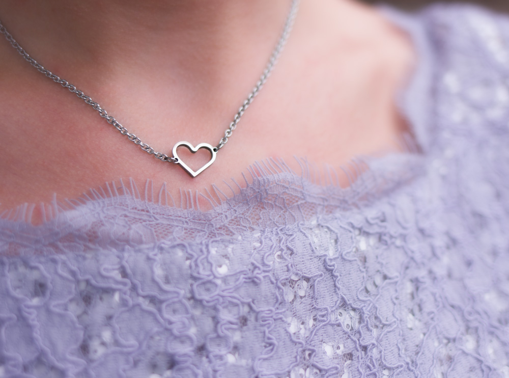 Zilveren ketting met hartje bij paarse top