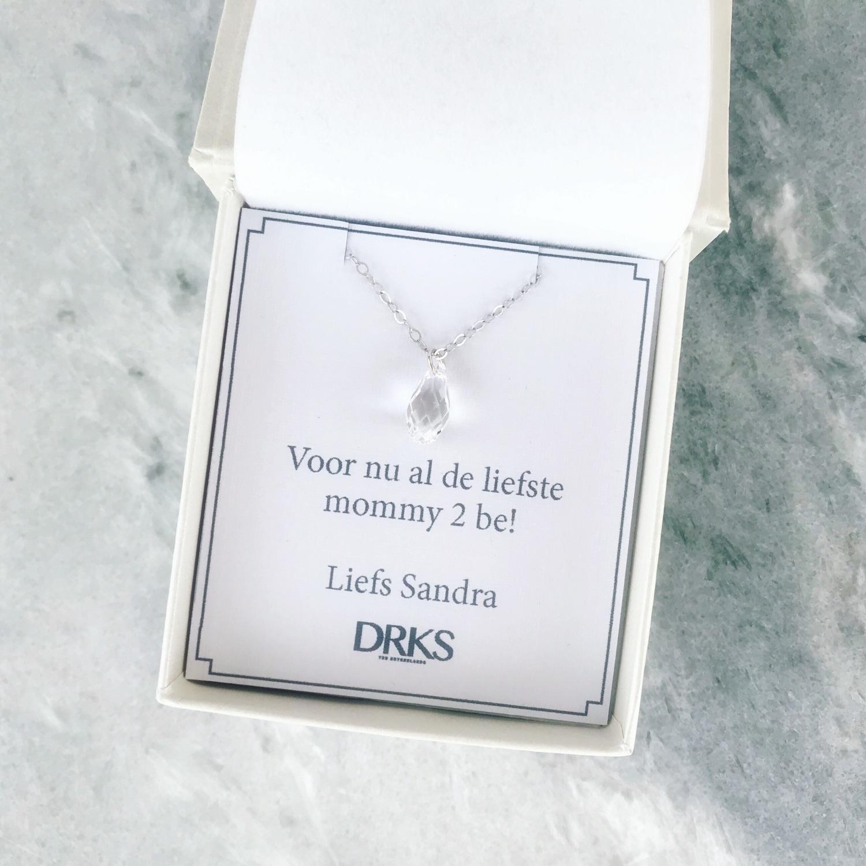 Minimalistische ketting met hangertje in sieradendoosje met persoonlijke tekst