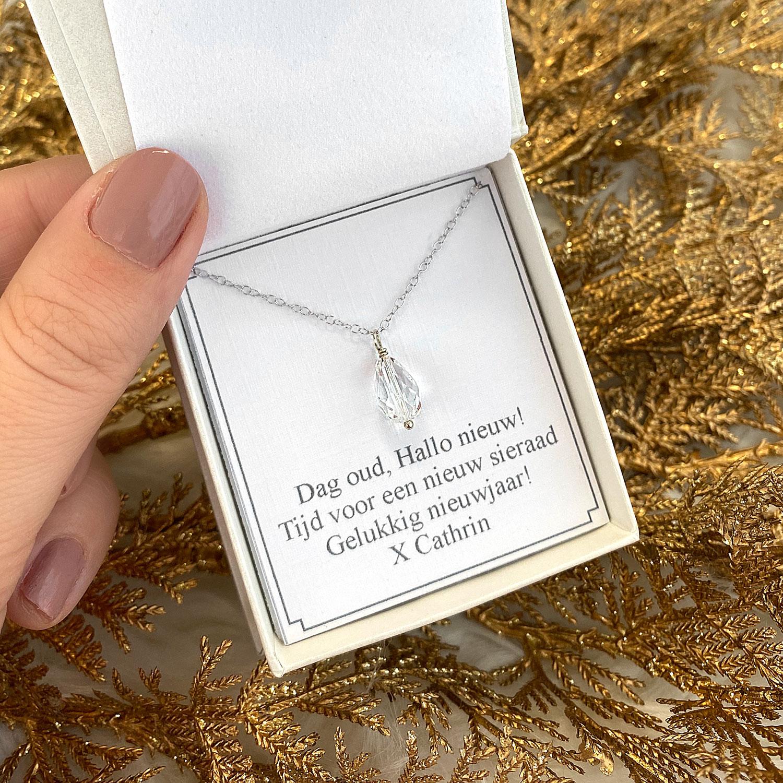 Zilveren ketting met hanger in een sieradendoosje met tekst