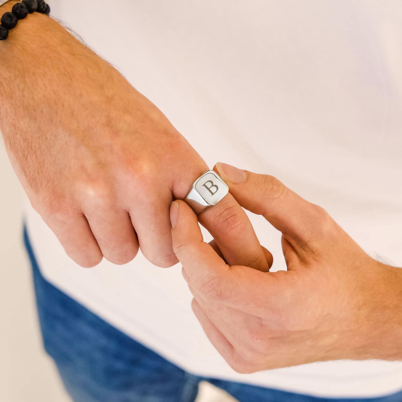 Stoere heren ring voor de man om de hand voor een trendy look