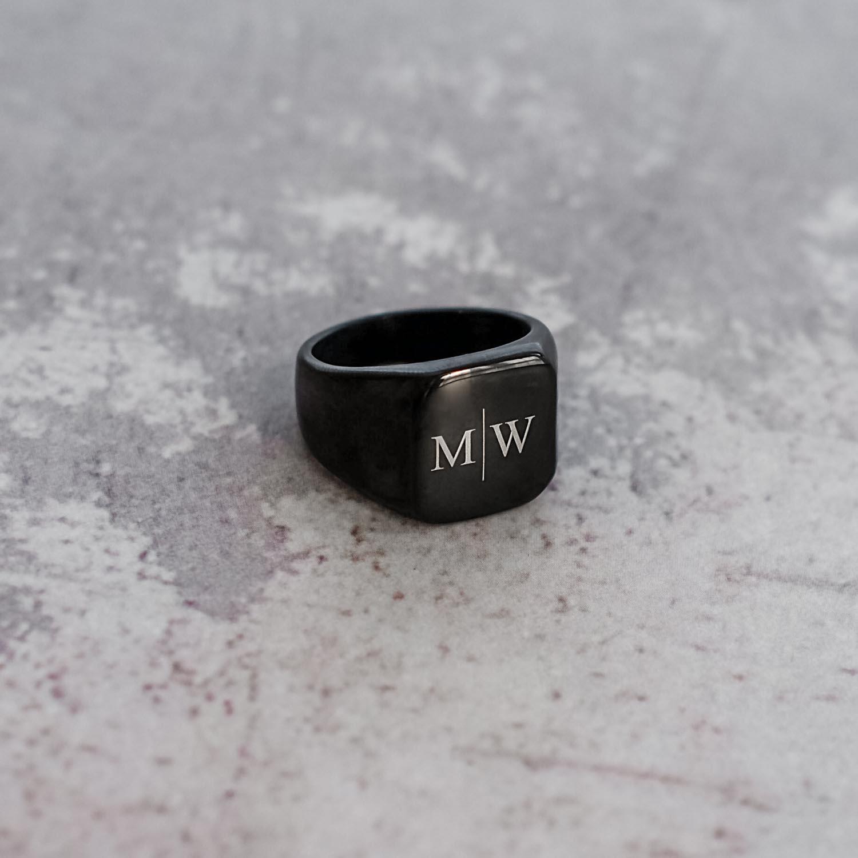 Heren ring op een marmer plaatje om te kopen
