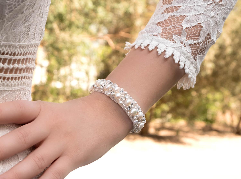 mooie, ivoorkleurige armband om pols