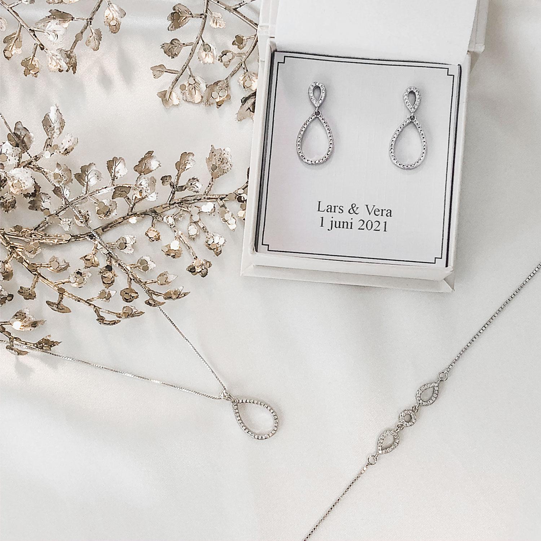 Mooie oorbellen in een sieradendoosje voor een complete look