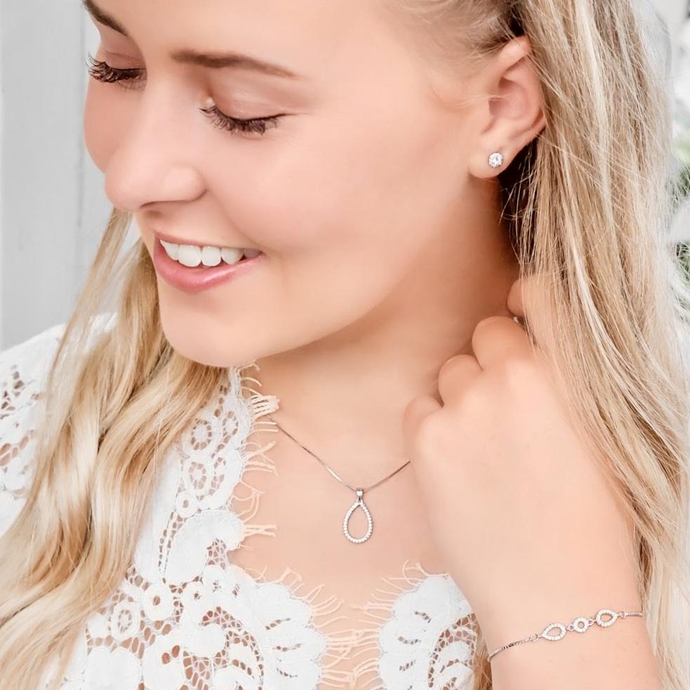 Mooie bruid met een prachtige sieradenset gemaakt van sterling zilver