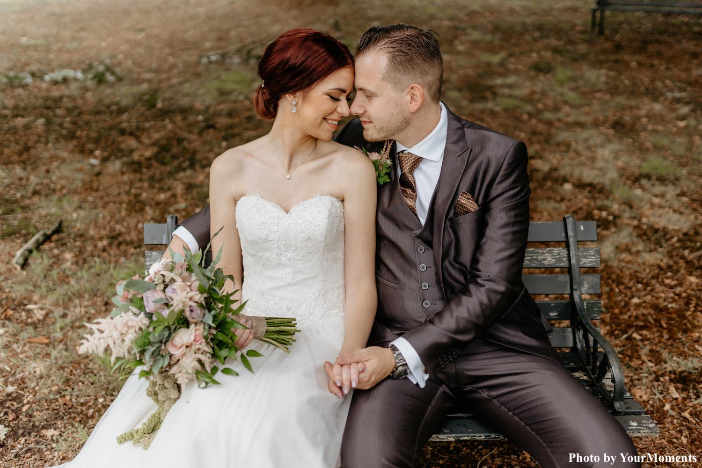 Bruid draagt zilveren sieradenset van drks