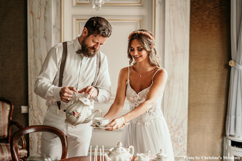 Bruid draagt gouden ketting van drks