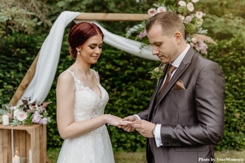 Bruid draagt bruidsarmband om pols