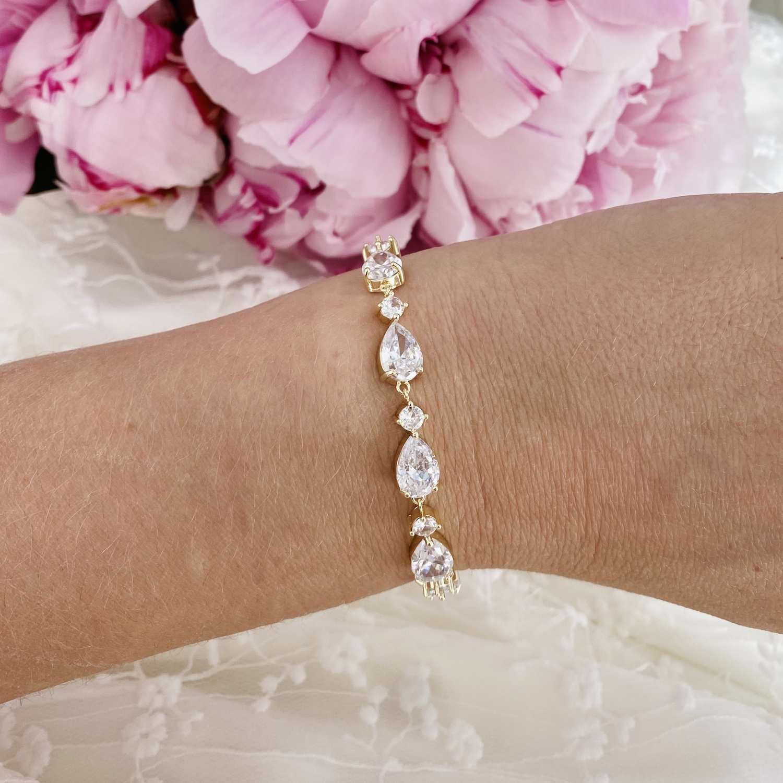 Bruids armband in de kleur goud met roze bloemen