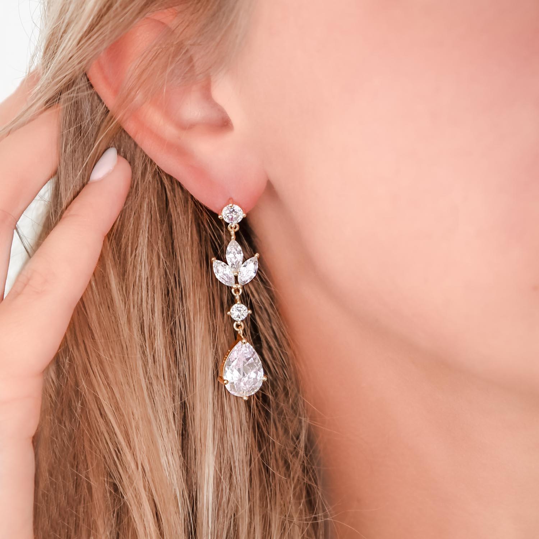 Lange goud kleurige oorbellen voor de bruid
