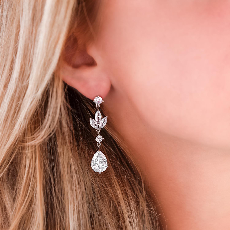 Lange bruids oorbellen met steentjes bij vrouw met blond haar