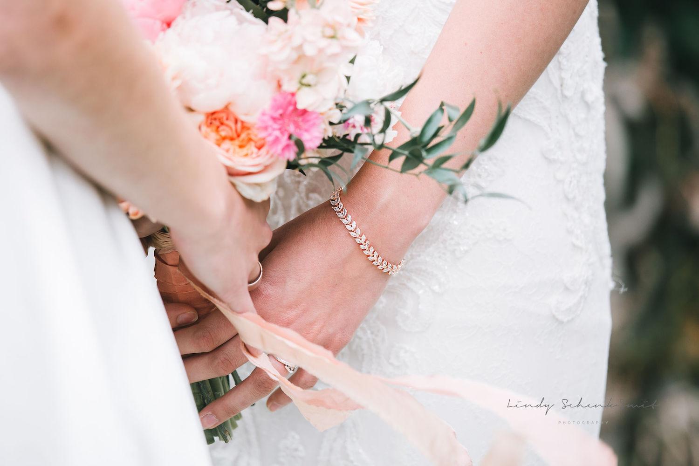 Rose gouden bruidsarmband om pols van bruid
