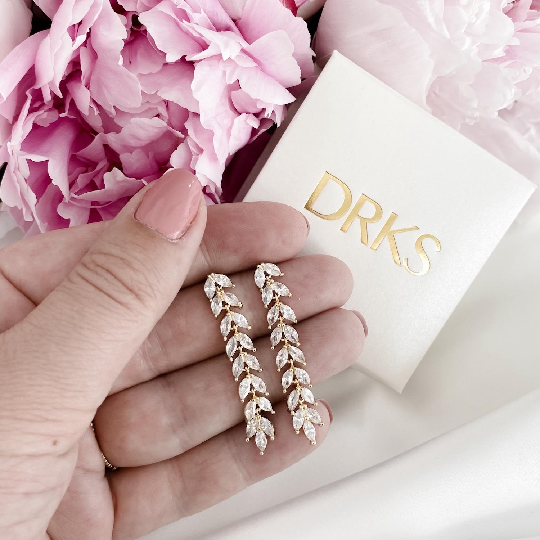 Goud kleurige oorbellen met sieradendoosje en bloemen
