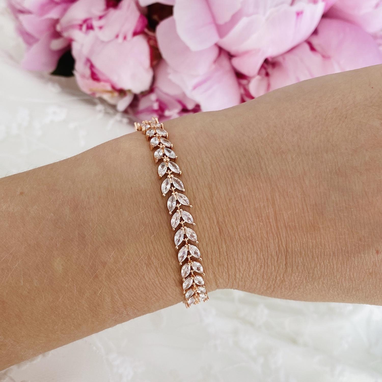 Rose goud kleurige armband voor de bruid met roze bloemen