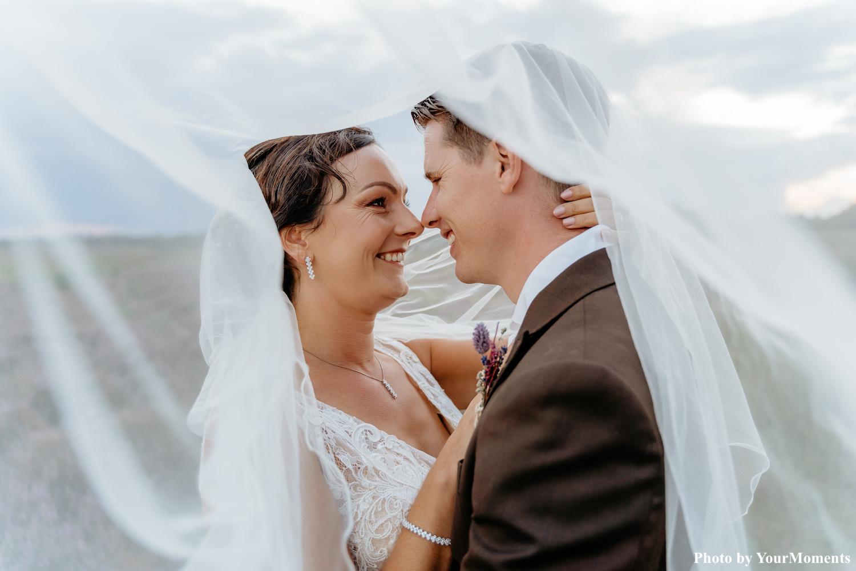 Bruid draagt crystal elegance sieraden in zilver