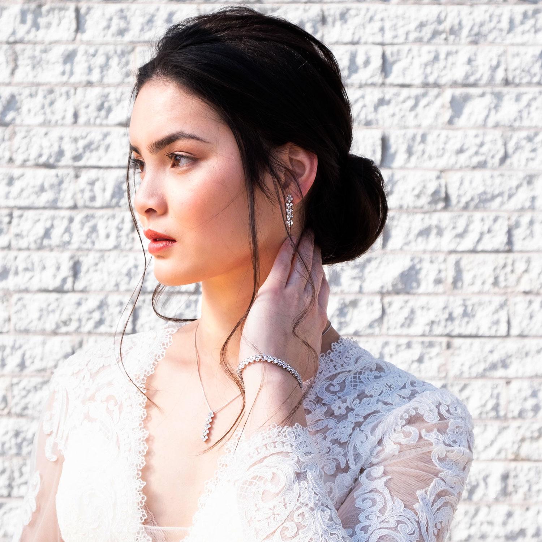 Bruid draagt bruidssieraden set elegance voor trouwdag